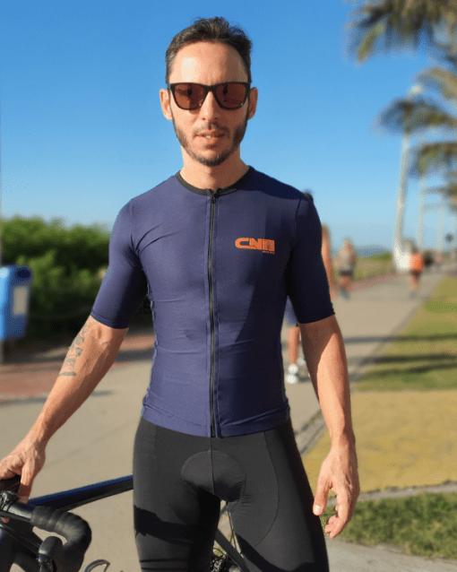 Camisa de ciclismo Azul Marinho Café na Trilha, Tecido 100% poliéster com tratamento Xtreme Dry com proteção UV solar fator 50.