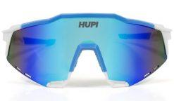 Óculos de Sol HUPI Stelvio Branco/Azul - Lente Azul Espelhado Óculos de sol são fundamentais no pedal.Agora como escolher o óculos de sol que seja realmente o que precisa? Os óculos de sol para ciclistas ou corredores deve ter proteção UVA e UVB como nosso modelo Stelvio. Esse modelo de óculos de sol possui entradas de ar o que evitam que as lentes fiquem embaçadas durante o treino. Narigueiras são emborrachadas garantindo conforto durante a atividade física, elas se adaptam ao seu rosto e evitam possíveis machucados em longos treinos. Suas hastes tem a ponta no mesmo material da narigueira, assim garante conforto e firmeza do óculos de sol. Por ter uma lente grande tem um campo de visão ótimo, usar óculos de sol ainda evita que pequenas pedras ou galhos acabem atingindo seus olhos e os machucando durante o treino. Suas lentes são em policarbonato, que deixam os óculos de sol mais resistentes e também mais leves, não pesando sobre o rosto durante a pedalada. Fabricado em TR-90 é um material de polímero, que é atualmente ummaterialsuper leve para produçãodos óculos. Ele tem a natureza flexível, anti-risco, baixo coeficiente de atrito. Armações de óculos deste material podem eficazmente impedir os danos em atividades como quebra dos quadros, atrito com os olhos ou rostos. Devido a suas características únicas e molecular, tem alta resistência química. Detalhes; Oferece proteção UVA e UVB; Logotipo da lente gravada a lasere na lateral em alto-relevo; Ajuste confortável e armação refinada; Bolsa de proteção incluída; Estrutura TR-90; Lente: PC Lens - Policarbonato Flanela de limpeza incluída; Leve e confortável; Lentes planas;